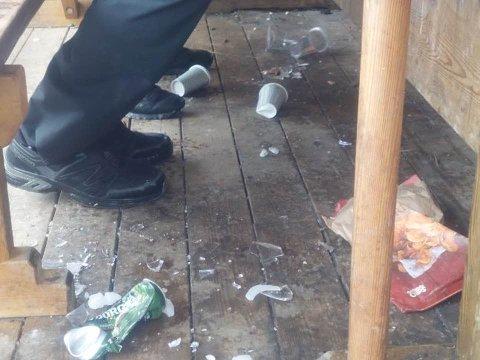 Gulvet på gapahuken var dekket av knust glass og ølbokser.