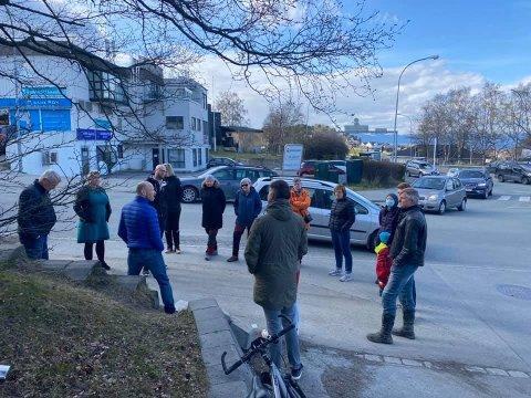 Tidligere har naboene slått alarm om at de frykter at det vil skje en alvorlig ulykke i området. Forrige uke fikk de politikere med seg på befaring.