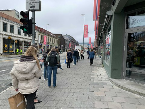 GODT BESØKT: Køen til Vinmonopolet stod ut av Byhaven tidlig fredag.