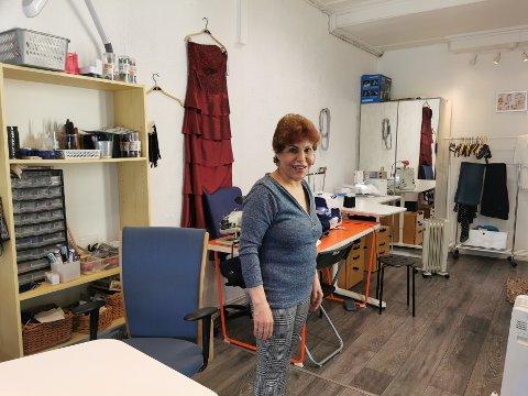 SYSTUE: Soheila Barazandeh Khorshidi har åpnet systue i Storgata. Det er ikke store lokalet, men Soheila trenger ikke mer, når det er fingrene som gjør jobben.