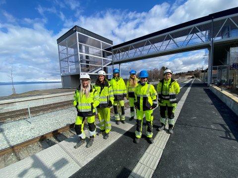 Fra venstre: Helle Grimnes (prosjektingeniør Trym Anlegg), Marita Holm (ass. Prosjektleder Trym Anlegg), Trine S Andersen (delprosjektleder Bane NOR), Kristine Vognild (delprosjektleder/prosjekteringsleder Bane NOR), Kristin Skei (prosjektleder), Sara Floor Øian (stikker).