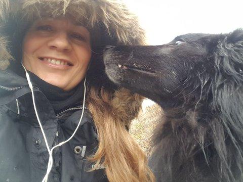 Innehaver av Trondheim hundeskole Turid Buvik og hunden Tado håper trondhjemmerne tenker på de firbente når sommerværet virkelig kommer.