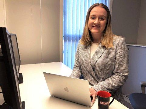 INTERNSHIP PÅ INNHERRED: Jenny Dahl Furunes tror ikke det er så mange ungdommer som vet om tilbudene de kan få hos lokale bedrifter. Hun er heldig og har fått både sommerjobb og internship hos Securo i Verdal.