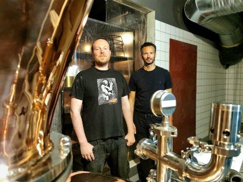 Master destiller Ulrik Bjerkeli (til venstre) og restauranteier Michael Minervini monterer denne uka utstyret for å starte destillering av sprit i Øx' lokaler på Torvet.