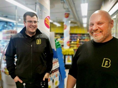 Frode Johansen (til høyre) ser frem til å åpne den nye Bunnpris-butikken på Rosendal. Her på jobb på Bunnpris Bakklandet, sammen med Olve Bruheim (til venstre), som blir kjøpmann på den nye butikken.