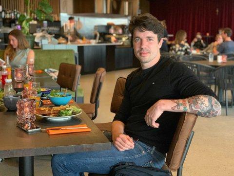 Jonas Øra er en av de første gjestene på den nye restauranten. Han er fornøyd.