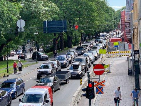 KØ: Vegtrafikksentralen forventer at sommertrafikken vil merkes helt inn i sentrum av Trondheim. Dette bildet ble tatt i fjor sommer, da det oppsto kø flere steder i Trondheim.