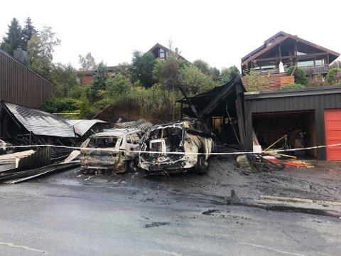 Bilene og garasjen er fullstendig ødelagt etter nattens brann.