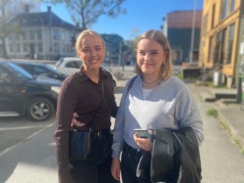 Vilde Furu Hanaset (20) og Erle Strøm-Johansen (20) bruker begge å parkere i Fjordgata. Nå er de usikker på hvor de skal finne parkering.
