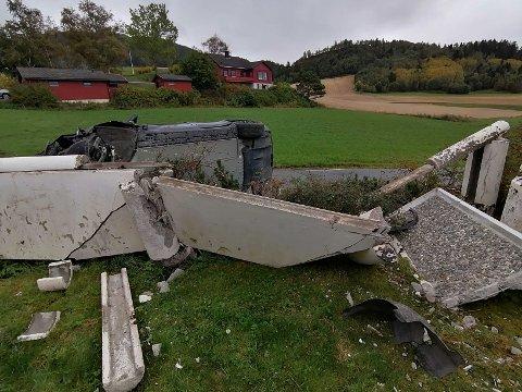 Det smalt skikkelig da en Tesla kjørte inn i muren til Oddleif Volden onsdag ettermiddag.
