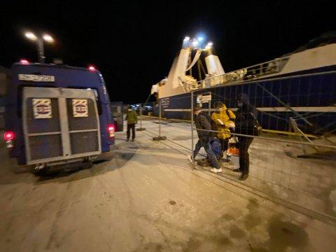 Selv om Tromsø har en internasjonal havn med spesielle rettigheter og plikter, så kan ikke dette være en «åpen dør» under den nåværende pandemien, skriver Rolf Richardsen.  Personell fra Tromsø kommune var tirsdag ettermiddag på plass ved «Aquamarine» for å transportere det russiske mannskapet i karantene.