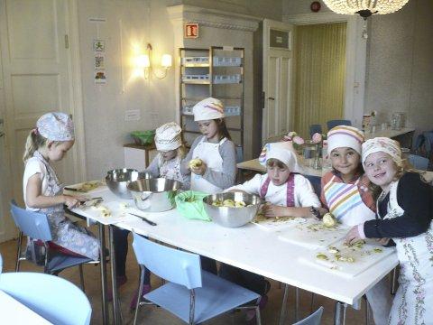 SAMLER INN: På Nedre Bekkelaget har elevene blant annet solgt hjemmelaget eplemos til inntekt for TV-aksjonen. PRESSEFOTO