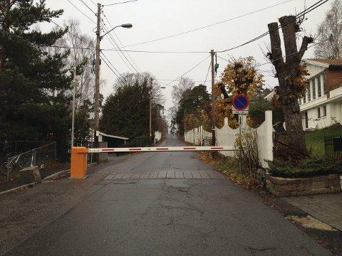 RUSHTIDSBOM: I Solveien ved Steinerskolen stenges bommen automatisk i rushtiden morgen og ettermiddag. Foto: Aina Moberg