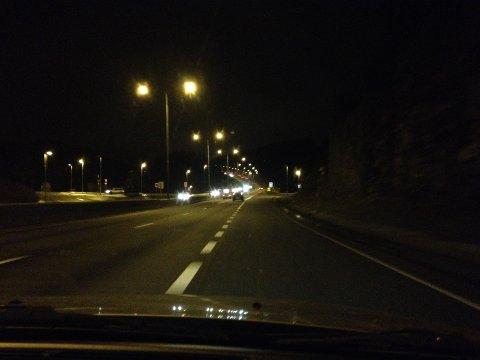 NATTEVANDRER: På natten sist helg måtte politiet rykke  for å plukke opp en mørkkledd nattevandrer på E6. ILLUSTRASJONSOTO: NINA SCYBERG OLSEN