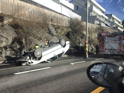 PÅ TAKET: Hvordan denne bilen havnet på taket på Mosseveien er usikkert. Ingen skal ha blitt skadet, men bilen var ikke kjørbar etter ulykken. Foto: Henrik Thorstensen