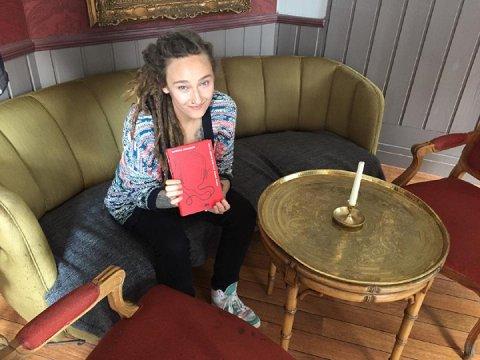 Martine Johansen er allerede i gang med oppfølgerboka til Hvite jenter kan ikke synge blues. Den har et helt annet utgangspunkt enn debutromanen.