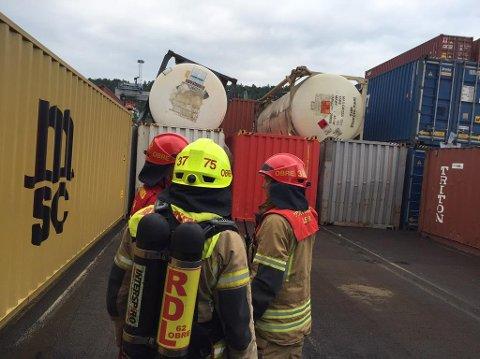 RASTE: To tanker raste ned på noen andre containere. Brannvesenet har nå fått stanset lekkasjen og betegner situasjonen som udramatisk. Foto: Oslo brann- og redningsetat / NTB scanpix