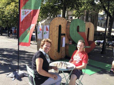 VALGKLARE: Marianne Borgen fra Østensjø står på 1. plass på SVs liste til bystyrevalget, og er klar for en ny periode i Oslo-politikken. Her er hun på SV- stand på Karl Johansgate i sommer hvor hun møtte sjakkeksperten Torstein Bae, leder avØstensjø SV. Foto: Aina Moberg