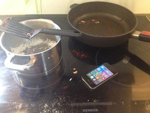 IKKE LURT: At det er dumt å legge fra seg mobilen på komfyren lærte en ryenbeboer sist fredag. Illustrasjonsfoto: Nina Schyberg Olsen