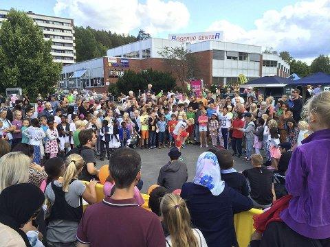Breakdancecrewet Floorknights skapte stor stemning under torgfesten på Bogerud, og unge lokale breakere imponerte stort på asfalten. Foto: Birgitte Iversen
