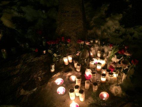 MINNESTED: Tirsdag kveld lyste det vakkert ved bysten av Benjamin Hermansen på Åsbråten. Alle foto: Nina Schyberg Olsen