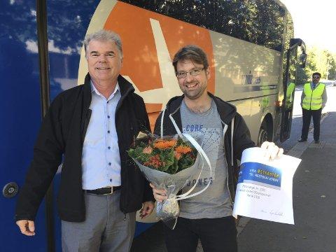 NR. 1000: Tom Davies skulle til Storbritannia i forrige uke da han ble overrasket av daglig leder for Unibuss, Kjell Knarbakk. Pressefoto