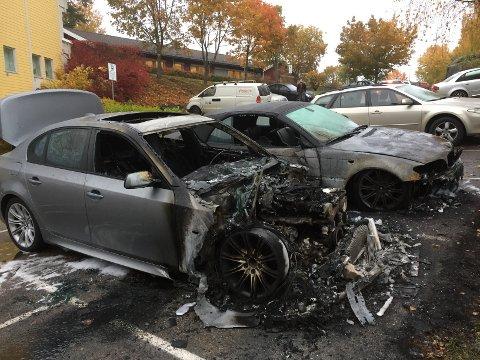 MANN PÅGREPET: En mann i 20-årene er pågrepet mistenkt for å tent på bilene.