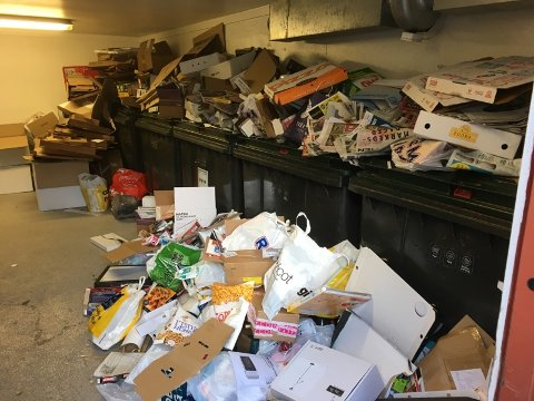 SØPPELKAOS: Det er ikke noe vakkert syn som møter Torgeir Kasa og de andre i Skullerudhøgda boligsameie når det skal kaste søppel. Bildet er tatt i løpet av de siste dagene. Alle foto: Privat