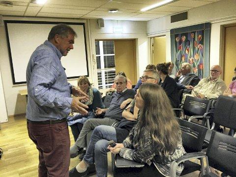 I SAMTALE: Bydelsutvalgets Knut Falchenberg (H) i samtale med noen av tilhørerne under forrige ukes møte. Ekebergsletta vekker et sterkt engasjement. Alle foto: Kristin Trosvik
