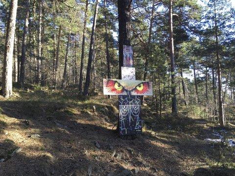 NATURRESERVAT: I Ekebergskråningen ligger et naturreservat hvor det i en tid har blitt skåret inn budskap i trær. Tidligere har Nordstrands Blad skrevet om denne totempælen som ble fjernet av Bymiljøetaten. Nå vurderer Fylkesmannen å anmelde. Arkivfoto