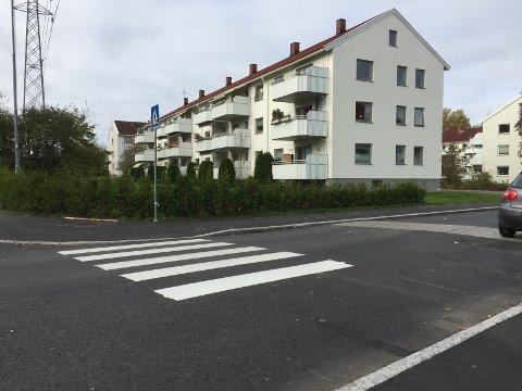 STRIPER KOMMER: Bymiljøetaten har nå fjernet parkeringsfeltet og gangfeltet skal fullføres. Foto: Kristin Trosvik