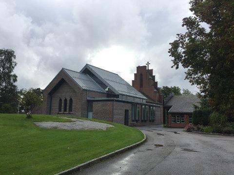 NORDSTRAND KIRKE: Det pågår nå en innsamlingsaksjon for nytt orgel til Nordstrand kirke. Fra torsdag til søndag er det kunstutstilling i menighetshuset (t.h.).