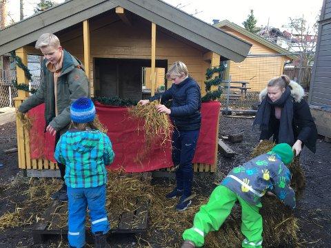 Stas for andre klasse å få hjelpe tiende- klassinger å pynte julebrus-utsalget utenfor Nisse-cafeen
