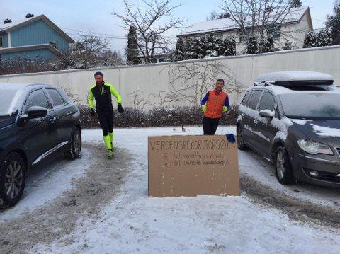 RUNDT OG RUNDT: Prinsdølene Joachim Nybakke og Eirik Hafver Rønjum ble ikke uventet litt svimle under det uoffisielle verdensrekordforsøket.