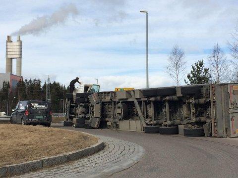 E6: Traileren veltet ved Klemetsrudanlegget fredag formiddag. Foto: Karin Hanstensen