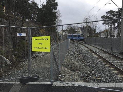 STENGT: Gangstien ved Sportsplassen skal gjenåpnes om ikke så lenge. Foto: Nina Schyberg Olsen