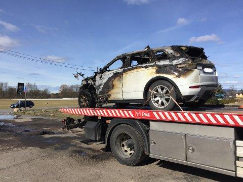 KJØRT VEKK: Falck Redning kom til stedet og fikk det utbrente kjøretøyet vekk.