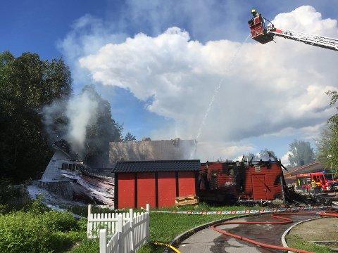 BRANN: Brannmannskaper jobber iherdig ved Toppåsen skole onsdag ettermiddag. Foto: Aina Moberg
