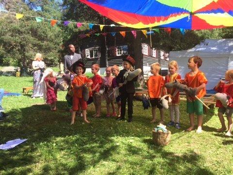 Sirkusdirektørene Lotte og Mikkel med kjepphestekvipasjer