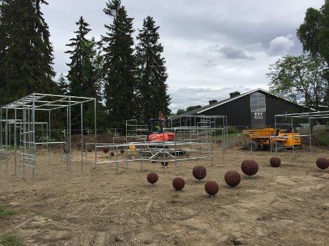TRIMANLEGG: Det er Bymiljøetaten som lager dette parkour-anlegget på Ekebergsletta.