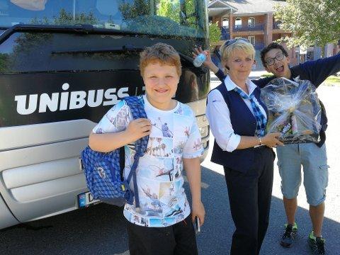TAKKER: Tilbake på Holmlia overrekker Alexander (t.v) og Eivind takkegave til bussjåføren.