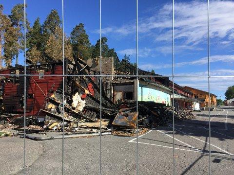 TOPPÅSEN SKOLE: Store deler av skolebygningene er totalskadd etter brannen i juni.