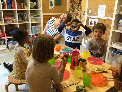 VED MATBORDET: Aurora, Frederic, ped.leder Cecilie Sannes, Warsame og Anisa snakker om løst og fast under måltidet i Christiania barnehave. Men hvilke samtaleemner passer ved matbordet? Det var spørsmålet de tok opp i et brev til kongen. Foto: Privat