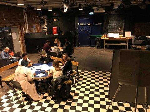 Ungdommene satt i grupper, med en erfaren kafé-vert på hvert bord. De diskuterte bydelens miljø for unge.