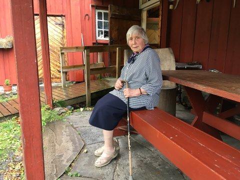 På benken: Berit Gulbrandsen foran huset sitt, der hun har bodd i over 60 år. Hit kommer barn og barnebarn for å oppleve idyllen på Bleikøya. Alle foto: Julie Messel