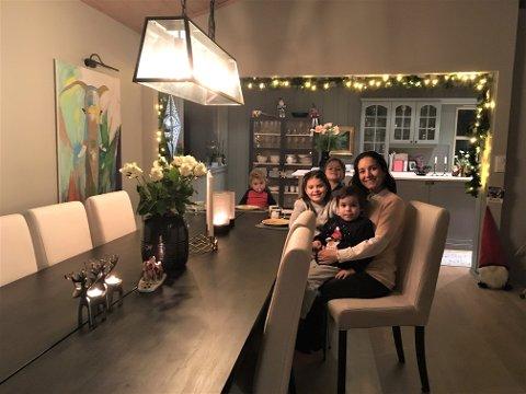 ØNSKER JULEGJESTER: Andrea Johanna B. Mæhlum, hennes fire barn og mannen Kristian ønsker flere mennesker rundt bordet på julaften og ber folk om å ta kontakt dersom de ønsker å feire med dem. Foto: Privat