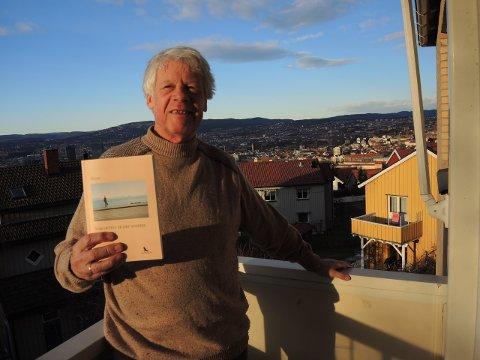 """HØYTFLYVENDE: Fra verandaen i Enoks vei kan Gunnar Hauk Gjengset fundere på aforismen """"Den som tror på evig liv har all grunn til å frykte døden"""". Boka han nettopp har kommet med, en samling av hans beste aforismer, selges på internett, ikke i bokhandler."""