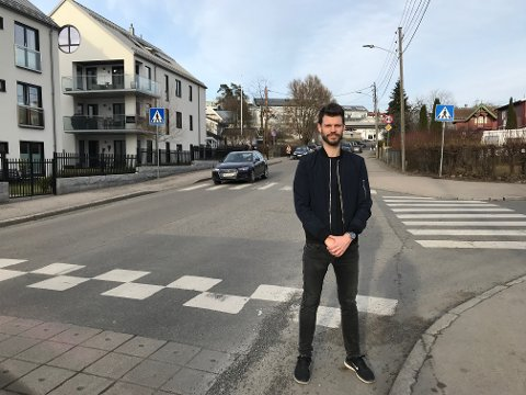 BEKYMRET: Leder for Rødt og stortingsrepresentant Bjørnar Moxnes, bor like ved Nordstrand skole. Han forteller om livsfarlige situasjoner daglig i trafikken der og understreker at denne fartshumpen ikke demper farten på en eneste bil. Foto: Privat