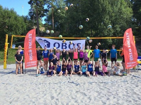 POPULÆRT: Rundt 80 barn og unge deltok på sandvolleyskolene i fjor.