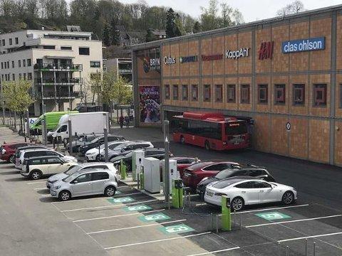 NYÅPNET: Utenfor Bryn Senter er det nå kommet mange nye ladestasjoner for elbiler. Pressefoto: Espen Skaar